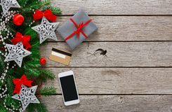 Contenitore di regalo su fondo di legno con il telefono e la carta di credito Immagini Stock Libere da Diritti