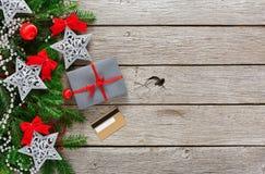 Contenitore di regalo su fondo di legno con il telefono e la carta di credito Fotografie Stock Libere da Diritti
