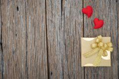 Contenitore di regalo su fondo di legno per i chrishmas, festa del nuovo anno immagine stock