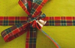 Contenitore di regalo su legno, regali di Natale in carta Immagine Stock Libera da Diritti