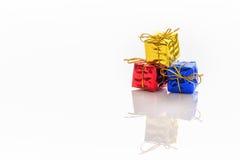 Contenitore di regalo su priorità bassa bianca Fotografia Stock