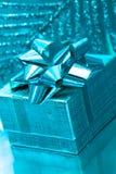 Contenitore di regalo su priorità bassa blu Fotografia Stock Libera da Diritti
