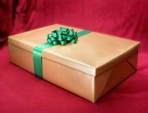 Contenitore di regalo su priorità bassa dentellare fotografia stock