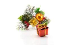 Contenitore di regalo su un fondo dei rami dell'albero di Natale Immagine Stock Libera da Diritti