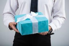 Contenitore di regalo su una priorità bassa grigia Fotografie Stock
