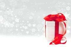 Contenitore di regalo su una priorità bassa nevosa Fotografia Stock