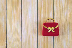 Contenitore di regalo sui precedenti delle assicelle di legno Fotografie Stock Libere da Diritti