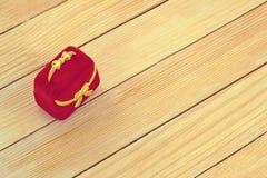 Contenitore di regalo sui precedenti delle assicelle di legno Immagini Stock