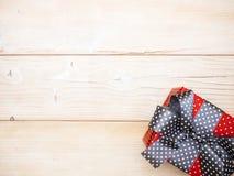 Contenitore di regalo sul bordo di legno Fotografie Stock Libere da Diritti
