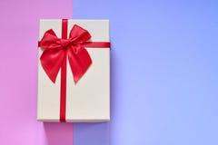 Contenitore di regalo sul fondo blu-chiaro della rosa Fotografia Stock Libera da Diritti