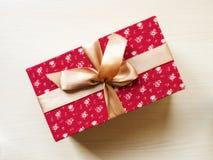 Contenitore di regalo sul pavimento Fotografia Stock Libera da Diritti