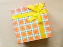 Contenitore di regalo sul pavimento Immagine Stock