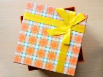 Contenitore di regalo sul pavimento Fotografia Stock