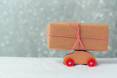 Contenitore di regalo sull'automobile del giocattolo Concetto di celebrazione di festa di Natale Fotografia Stock