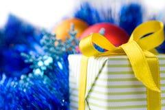 Contenitore di regalo sulla decorazione di natale Fotografia Stock Libera da Diritti