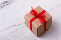 Contenitore di regalo sulla plancia di legno Immagine Stock
