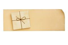 Contenitore di regalo sullo spazio in bianco di carta invecchiato della lettera su bianco Immagine Stock