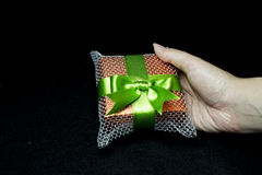 Contenitore di regalo in una mano Immagine Stock