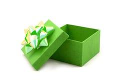 Contenitore di regalo verde con il grande nastro Fotografie Stock