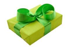 Contenitore di regalo verde con il nastro verde del raso Immagini Stock Libere da Diritti