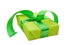 Contenitore di regalo verde con il nastro verde del raso Immagini Stock