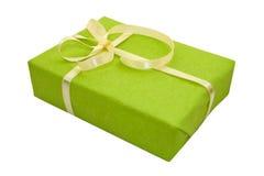 Contenitore di regalo verde con l'arco giallo del nastro del raso Fotografia Stock Libera da Diritti