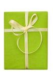 Contenitore di regalo verde con l'arco giallo del nastro del raso Fotografie Stock Libere da Diritti
