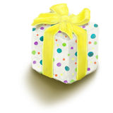 Contenitore di regalo verniciato con l'arco blu isolato su bianco Fotografia Stock Libera da Diritti