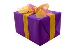 Contenitore di regalo viola con l'arco del nastro Fotografie Stock