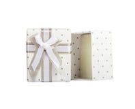 Contenitore di regalo vuoto bianco con nastro adesivo grigio del tessuto dei piccoli cerchi con il legame grigio Bianco isolato Immagini Stock Libere da Diritti