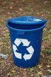 Contenitore di riciclaggio blu scuro su un fondo al suolo Un recipiente per il riciclaggio dell'immondizia Ambiente, ecologia, ri Immagine Stock Libera da Diritti