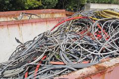 Contenitore di rifiuti del materiale di riporto con cavo elettrico Fotografie Stock Libere da Diritti