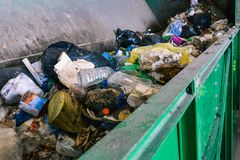 Contenitore di rifiuti sulla linea di separazione di impianto di riciclaggio Il processo di separazione dell'immondizia in un con immagine stock libera da diritti