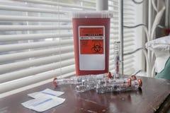 Contenitore di rischio biologico con gli aghi Fotografia Stock