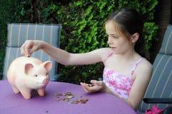 Contenitore di soldi del briciolo della ragazza Fotografie Stock Libere da Diritti