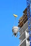Contenitore di sollevamento di miscelazione del cemento della gru Immagini Stock Libere da Diritti