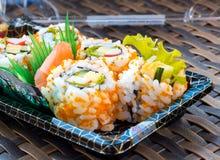 Contenitore di sushi del rotolo di California fotografia stock