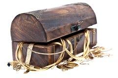 Contenitore di tesoro con vecchi monili Immagine Stock