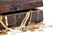 Contenitore di tesoro con vecchi monili (vista a macroistruzione) Immagini Stock Libere da Diritti
