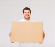 Contenitore di trasporto sorridente di cartone dell'uomo Fotografia Stock