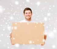 Contenitore di trasporto sorridente di cartone dell'uomo Fotografia Stock Libera da Diritti