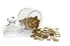 Contenitore di vetro con le monete, risparmio figurato di pensionamento Immagini Stock
