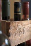 Contenitore di vino con le bottiglie Fotografia Stock