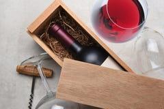 Contenitore di vino rosso: Una singola bottiglia di Cabernet in un partiall di legno della scatola immagini stock