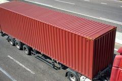 Contenitore e camion rossi sulla vista superiore della strada, sul trasporto del carico e sul concetto di trasporto Fotografia Stock