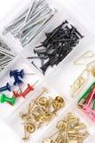 Contenitore e chiodi di hardware Fotografia Stock