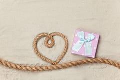 Contenitore e corda di regalo nella forma del cuore Fotografie Stock
