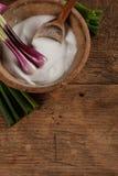 Contenitore e cucchiaio di vecchio sale con le cipolle immagine stock