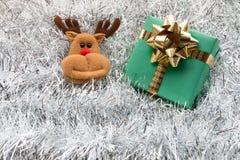 Contenitore e decorazione di regalo di Natale sui ramoscelli dell'abete bianco Fotografie Stock