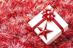 Contenitore e decorazione di regalo di Natale sui ramoscelli rossi dell'abete Fotografia Stock Libera da Diritti
